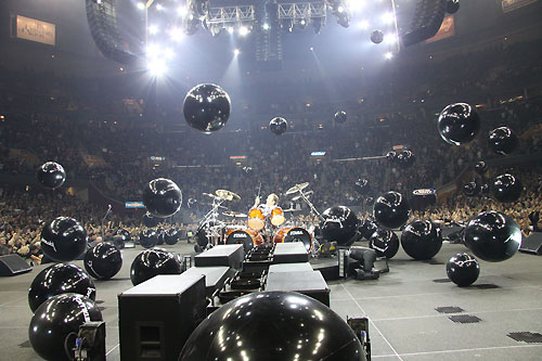 Metallica and a buncha beach balls